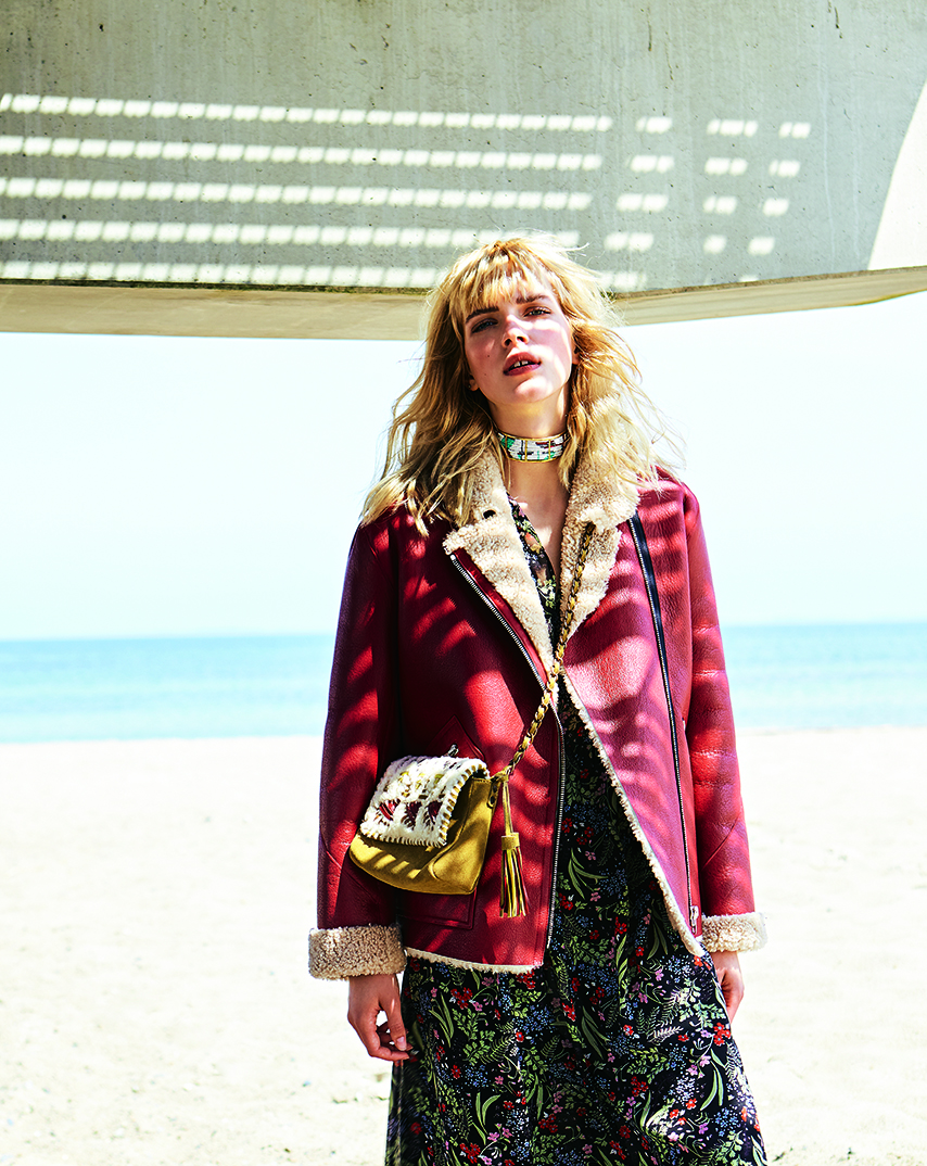 blond girl beach sandig bag red jacket