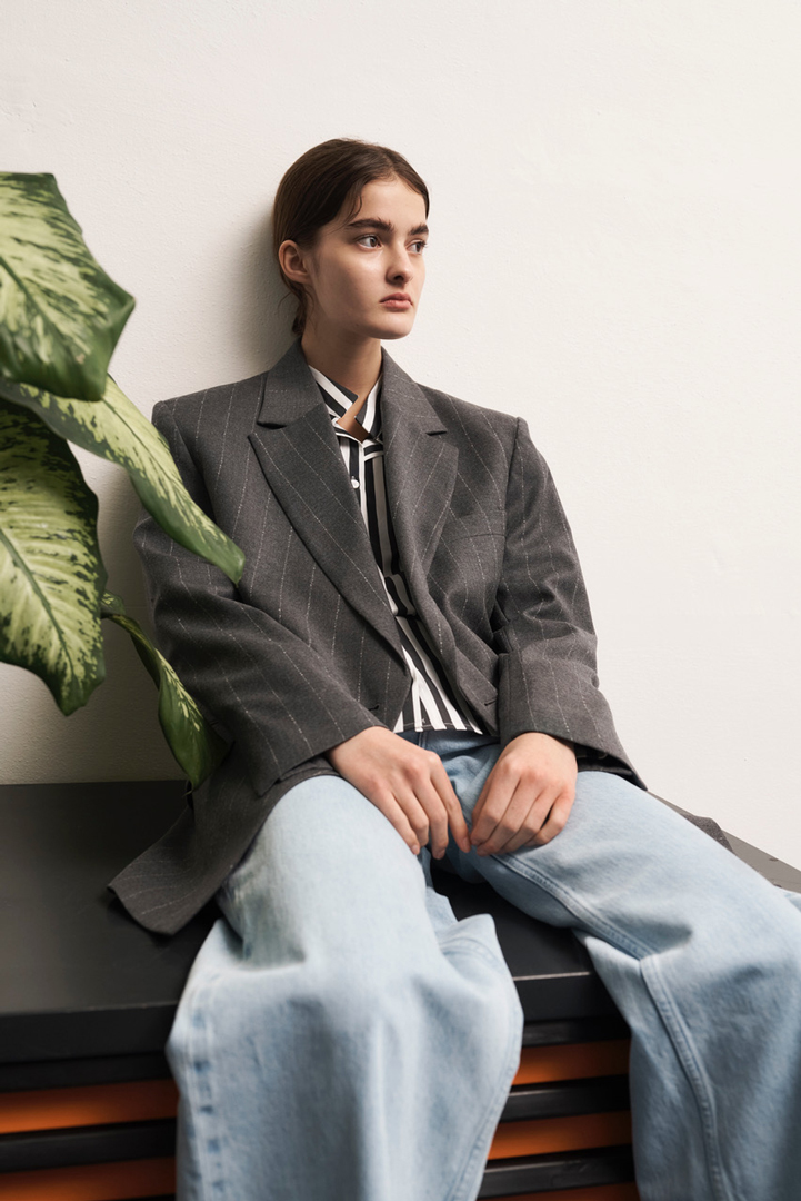 girl wearing a grey blazer and jeans