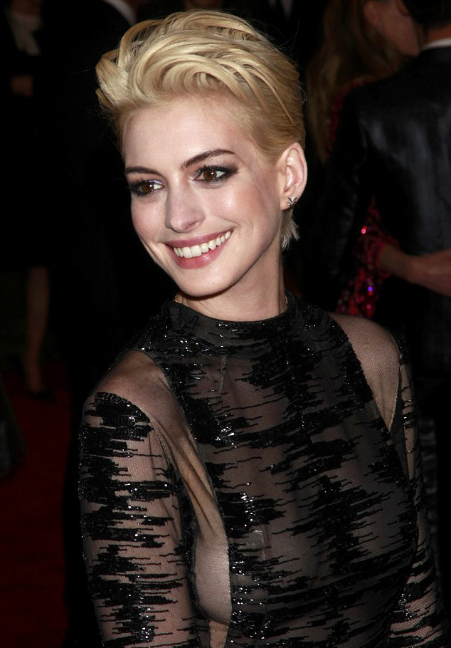 anne hathaway blond red carpet