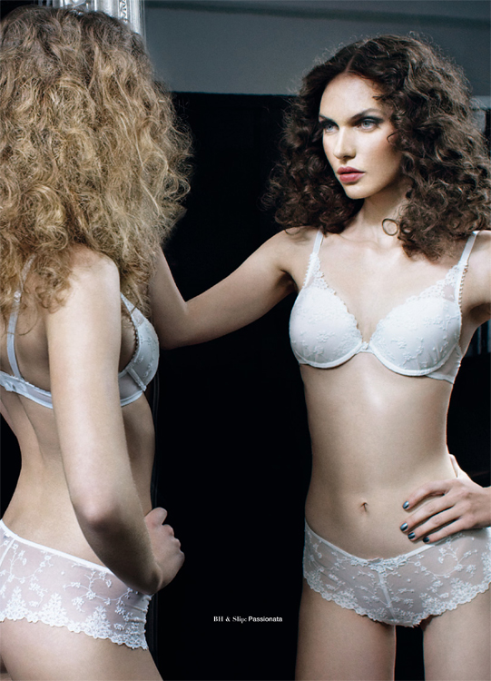 Model Curly Hair Dessous Lingerie White
