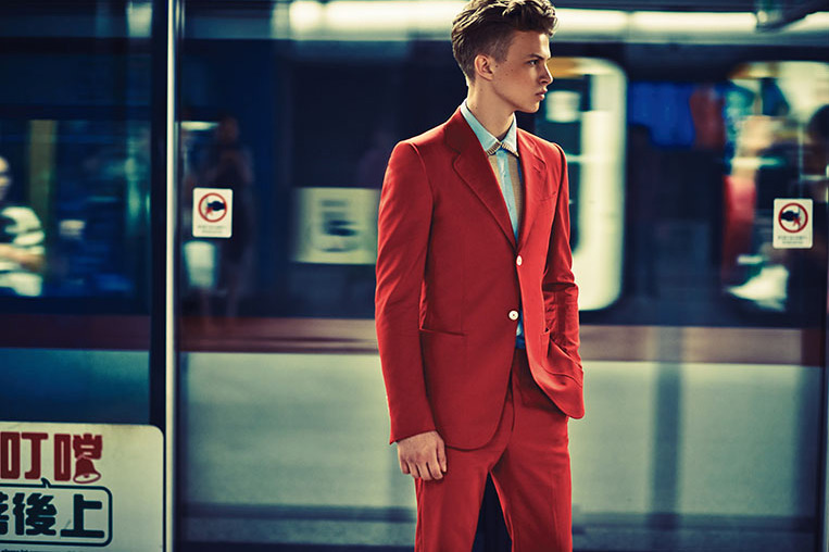 roter anzug red suit train