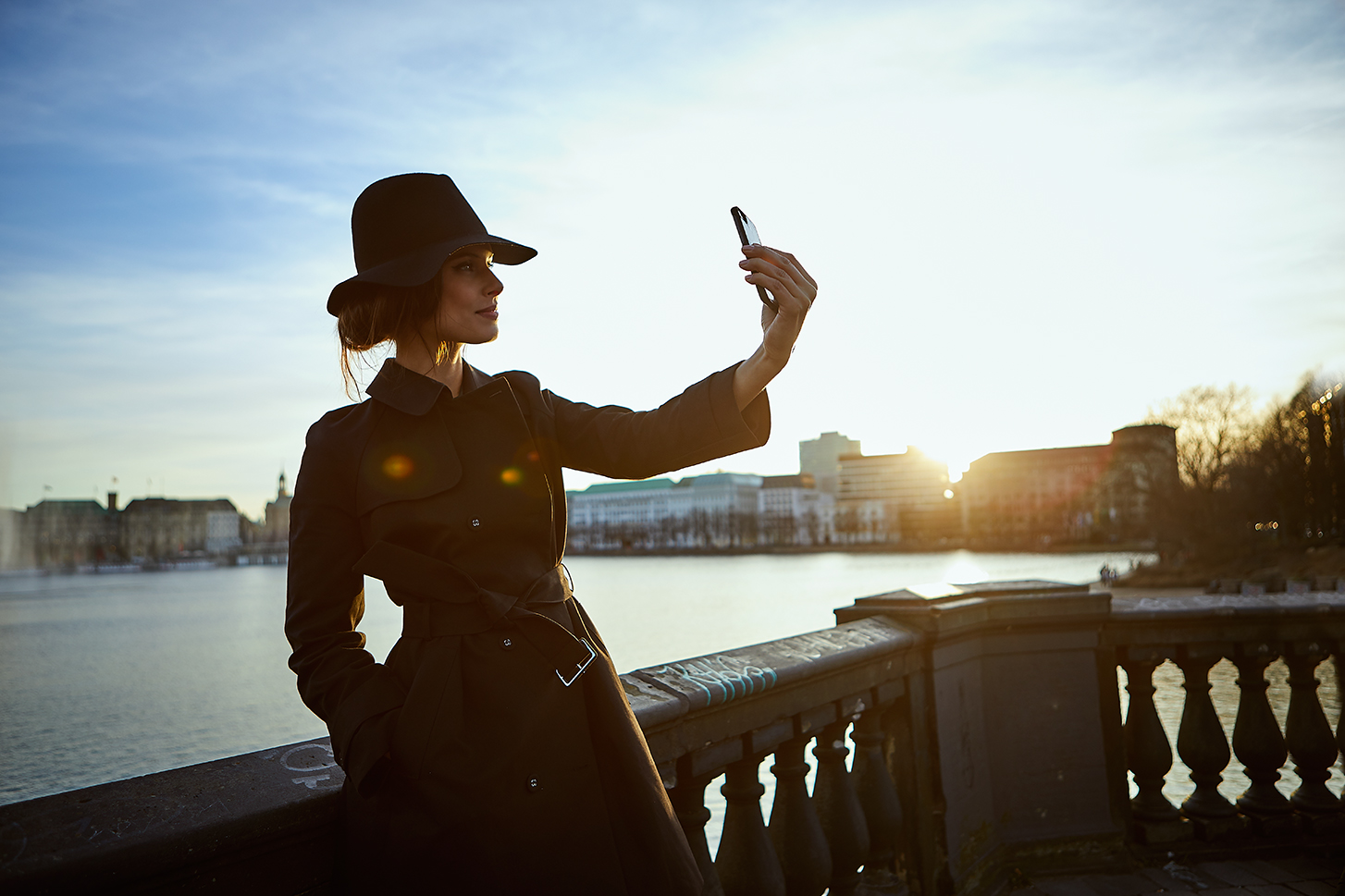 female model alster sunset selfi cap bridge