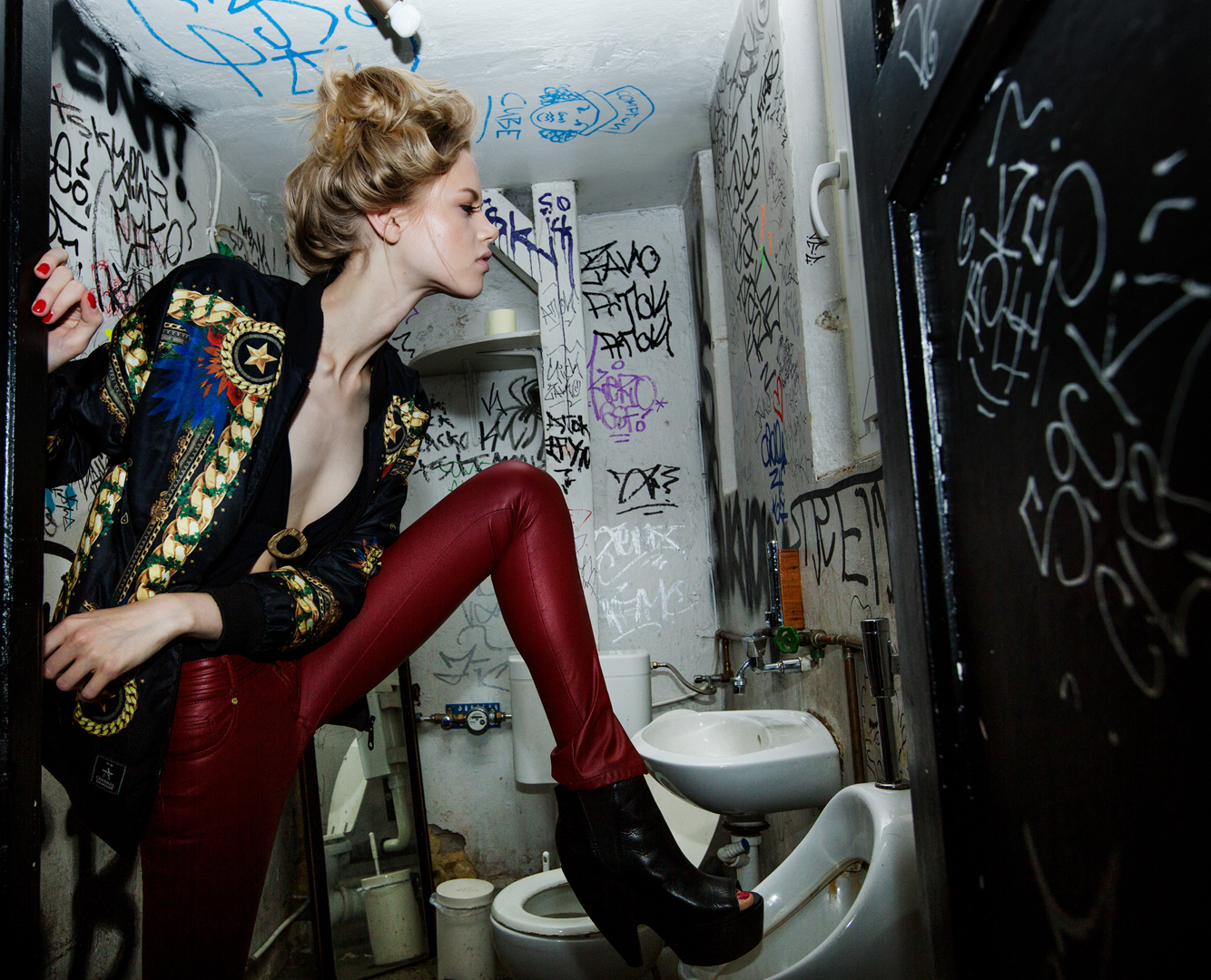 fashion girl toilette grafitti